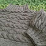 「アランもようのウエアとこもの」 より、よこ編みケーブルのセーターをソフトメリノで編みました。