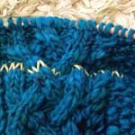 青いアラン カーディガン、ようやくポケットつきの前身ごろに取り掛かりました。