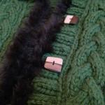 「おでかけニットvol.1」のフード付きポンチョを緑色でファーを付けて編んでみました^_^