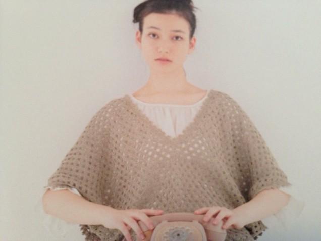 このオーバープルもすごくかわいい!!!色合いが私にはピュア過ぎるので別の色で編みたい!!!