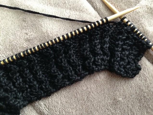 目が見やすい日中に少しづつ編んでいます。