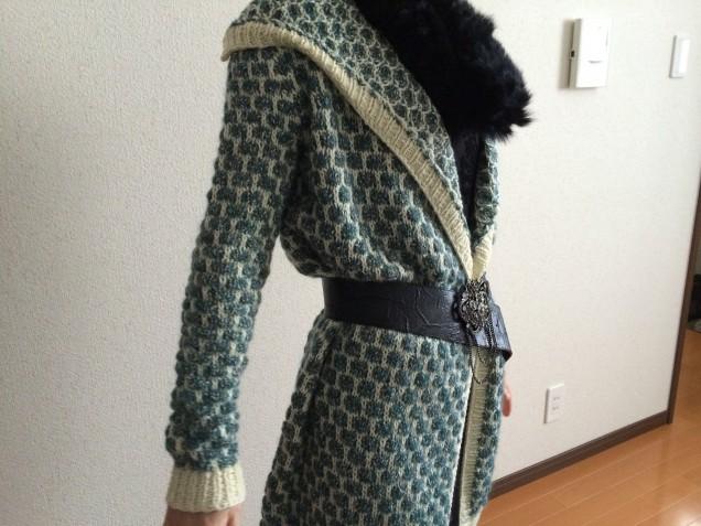 「毛糸だま」モデルさんと同じような着こなしだとこんなシルエットになります。