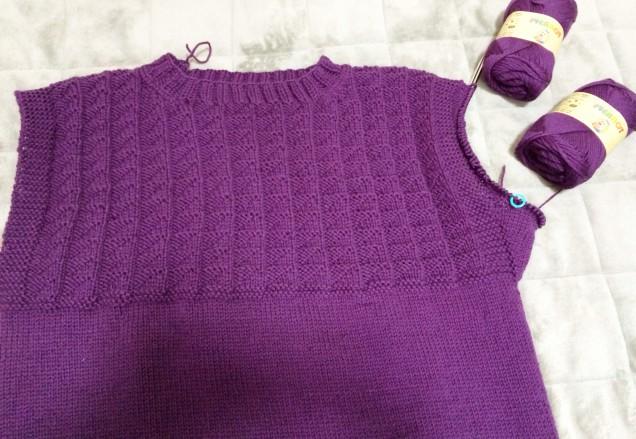 衿を編んだ時点で、ソフトメリノが残り2個に。。。あからさまに足りない。。。