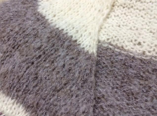 ブラックビーンズで編んだ箇所が心なしモフモフしています。