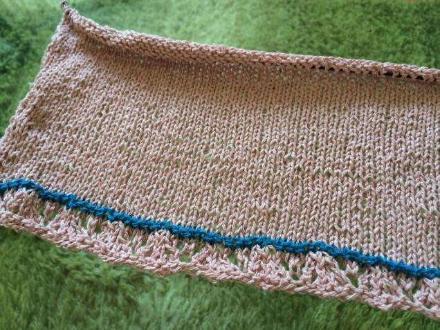 薄いリネンのシャツに合わせようとピンクで編み初めましたが、すでにこの色合わせにギモンが生じています。。