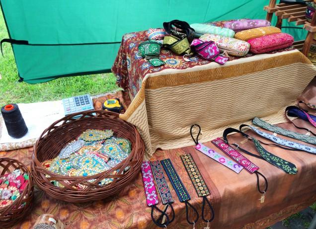 インドのハンドメイドの手刺繍のリボンやバレッタができそうなワッペンを出品されていました。