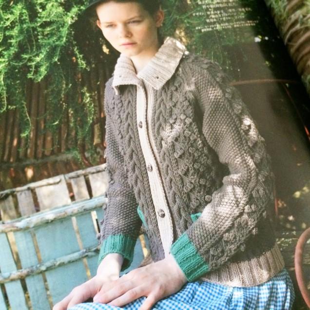 ポコポコの玉編みと衿が好きです!配色も素敵!