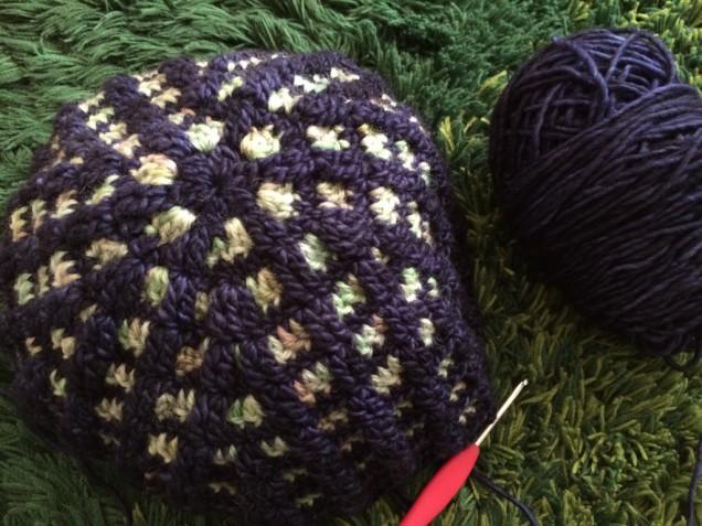 春先にキャスケットを被りたくて編み始めたのですが。。段染めの箇所の糸が足りなくなってしましまして。。。(笑)