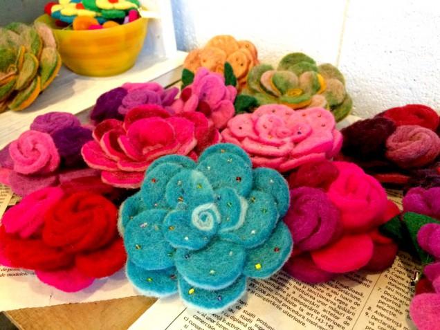 フェルト素材(かな?)のお花のブローチ兼髪留め。 バッグやショールにつけてもかわいいと思います!