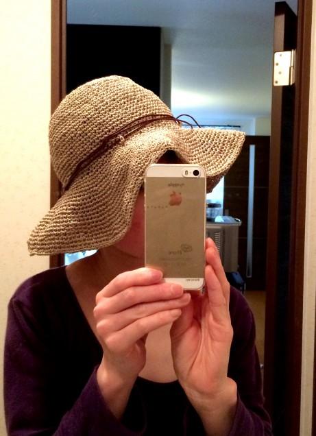 24ビスケットで編んだ先ほどの帽子です。 かぶるとこんな感じ。 しっかりと形が保ててます。