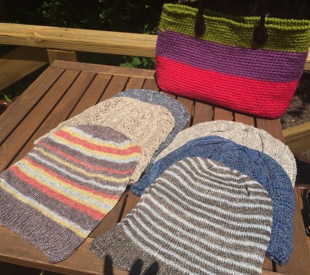 今回、10枚編んだリネンのニット帽。 手前のボーダーの子達がおヨメ入りしました。