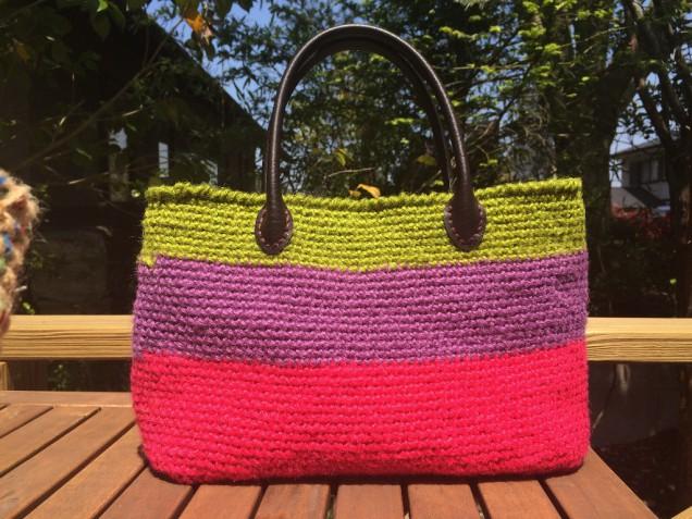 私の定番になりつつある、元気色のバッグ!しっかりとした内袋とレザーの持ち手で長く使えます。