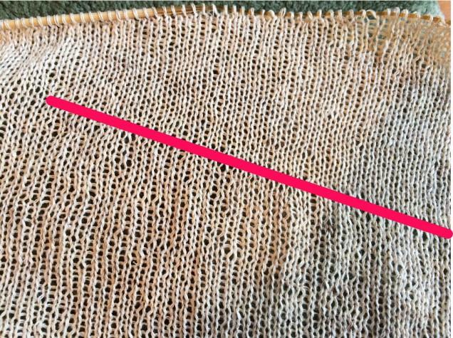 コリャ酷い!!線の上下の編み目がひどく違う。。。
