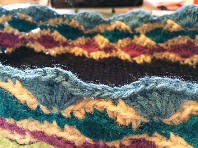 松編みもどきのマルチカラーバッグを編んでいます。 2色で編んだものがとても可愛くできました。