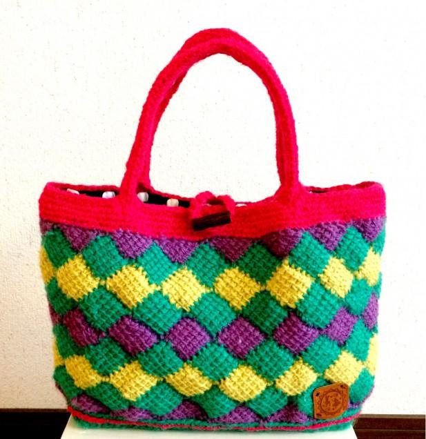 緑が基調ですが、持ち手を赤にして華やかさを全面に出しました!大きめ大容量のバッグです!