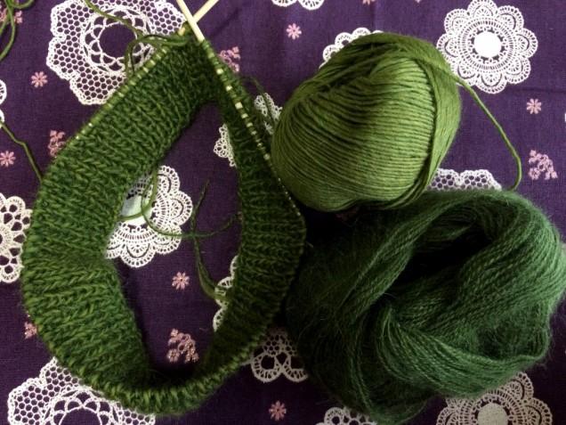 どちらもとても軽く、華やかな色なので今から春先まで使える帽子になりそうです。