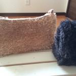モフモフなクラッチバッグのハーフサイズを編んでます。