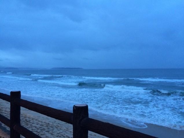 帰りがけに寄った海岸。波は荒く寒かったですが、サーファーが楽しんでました!